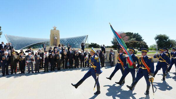 Торжественная церемония по случаю 71-й годовщины Победы над фашизмом во Второй мировой войне, Баку, 9 мая 2016 года - Sputnik Азербайджан