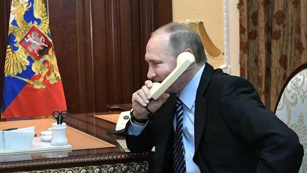 Президент РФ Владимир Путин во время телефонного разговора, фото из архива - Sputnik Азербайджан