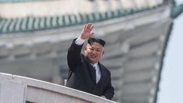 Глава КНДР Ким Чен Ын во время военного парада, приуроченного к 105-й годовщине со дня рождения основателя северокорейского государства Ким Ир Сена, в Пхеньяне, фото из архива - Sputnik Азербайджан