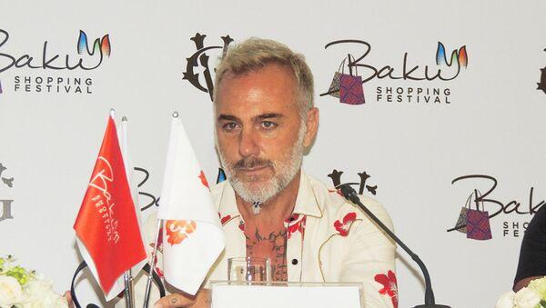 Джанлука Вакки, прославившийся под прозвищем танцующий миллионер, на конференции, посвященной Бакинскому Шопинг-фестивалю - Sputnik Азербайджан