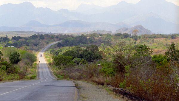 На одной из автомобильных дорог Танзании, фото из архива - Sputnik Азербайджан