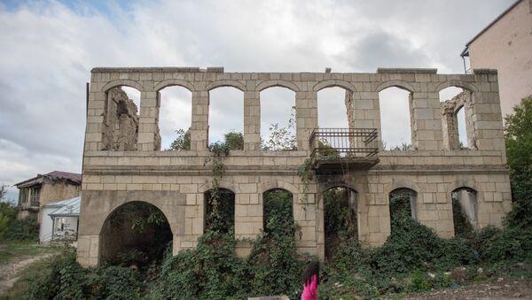 Разрушенное в ходе войны здание в городе Шуша, фото из архива - Sputnik Азербайджан