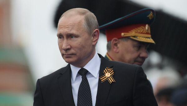 Президент РФ В.Путин и премьер-министр РФ Д.Медведев на военном параде в честь 72-й годовщины Победы в ВОВ - Sputnik Azərbaycan