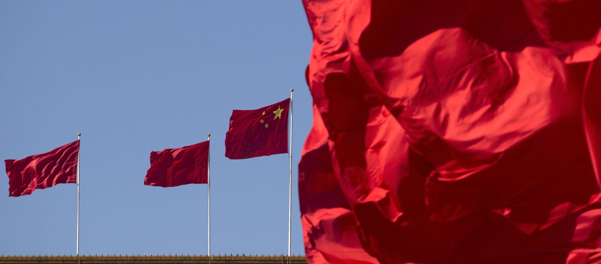 Флаги Китая на здании Дома народных собраний в Пекине, фото из архива - Sputnik Азербайджан, 1920, 28.03.2021