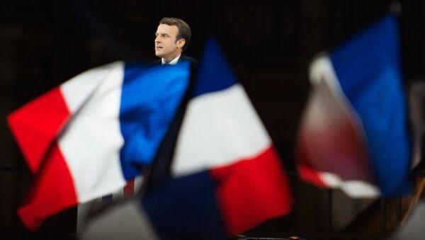 Лидер движения En Marche Эммануэль Макрон, победивший на президентских выборах во Франции, во время своей победной речи перед Лувром в Париже - Sputnik Azərbaycan