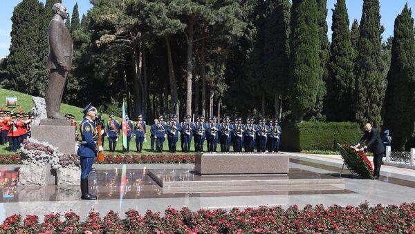 Президент Ильхам Алиев в Аллее почетного захоронения посетил могилу Гейдара Алиева - Sputnik Азербайджан