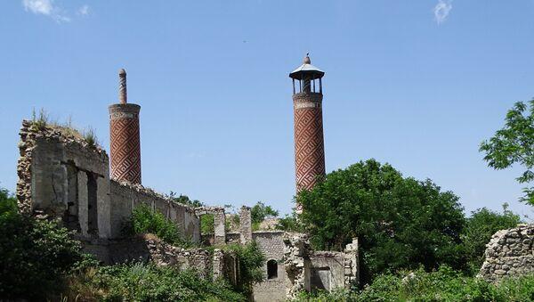 Разрушенная мечеть в оккупированном Арменией городе Шуша, фото из архива - Sputnik Азербайджан