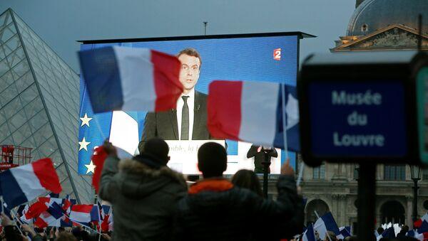Избранный президент Франции Эммануэль Макрон на гигантском экране возле музея Лувр после того, как были объявлены результаты второго тура президентских выборов, Париж, 7 мая 2017 года - Sputnik Азербайджан