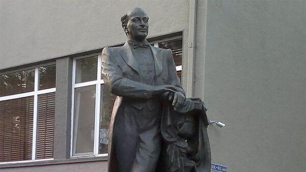 Памятник Бюльбюлю в Баку - Sputnik Азербайджан