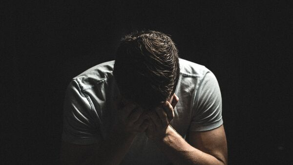 Мужчина в депрессии, фото из архива - Sputnik Azərbaycan