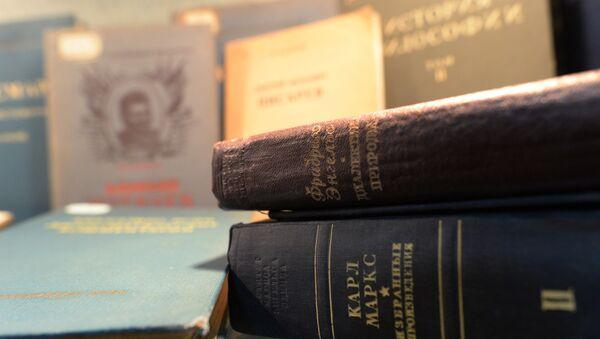 Книги с произведениями Карла Маркса и Фридриха Энгельса в библиотеке, фото из архива - Sputnik Азербайджан