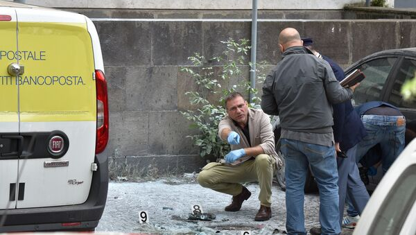 Криминалисты работают на месте взрыва бомбы возле почтового отделения на улице Мармората, Рим, 12 мая 2017 года - Sputnik Азербайджан