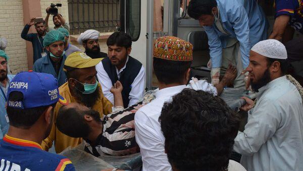 Пакистанские добровольцы переносят пострадавшего от взрыва в больницу в Кветте 12 мая 2017 года после мощного взрыва в районе Мастунг - Sputnik Azərbaycan
