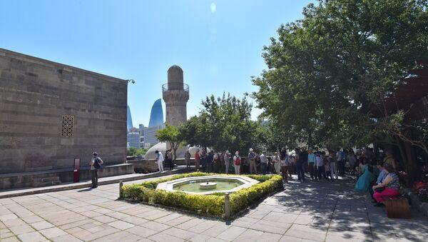 Туристы в Дворце ширваншахов в Баку, фото из архива - Sputnik Азербайджан
