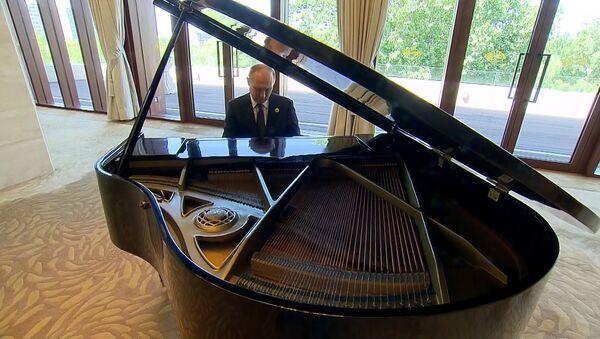 Президент России сыграл на рояле в Китае - Sputnik Азербайджан