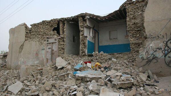 Разрушенный в результате землетрясения дом в Иране, фото из архива - Sputnik Азербайджан
