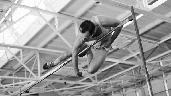 Советский легкоатлет Валерий Брумель берет двухметровую высоту - Sputnik Азербайджан