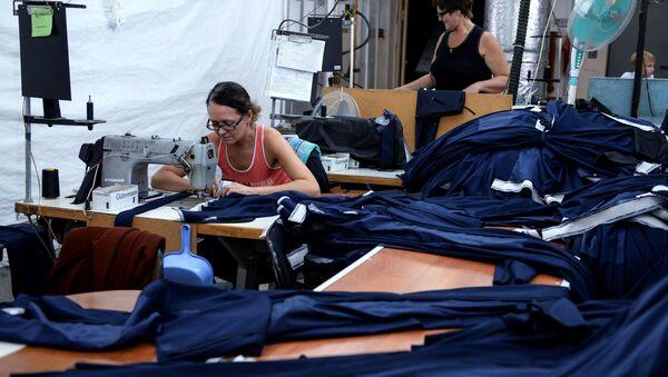 Сотрудницы в производственном цехе швейной фабрики, фото из архива - Sputnik Азербайджан
