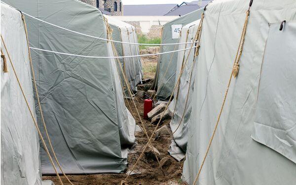 Палатки, где проживают бывшие жильцы Пансионат энергетика - Sputnik Азербайджан