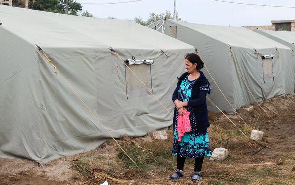 В палатках вынужденные переселенцы обитают уже почти полтора месяца - Sputnik Азербайджан