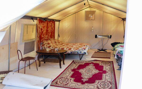 Если пойдет дождь – палатка протекает, а в жару внутри невозможно дышать - Sputnik Азербайджан