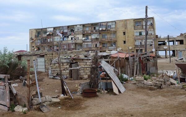 Недалеко от этого здания находится еще одно полуразрушенное общежитие - Sputnik Азербайджан