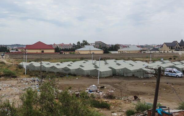 Жильцам выдали палатки - сейчас их во дворе общежития установлено более 70-ти - Sputnik Азербайджан