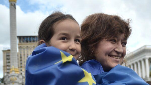 Участники флешмоба на Площади Независимости в Киеве, посвященного подписанию экономической части Соглашения об ассоциации между Украиной и Европейским Союзом - Sputnik Азербайджан