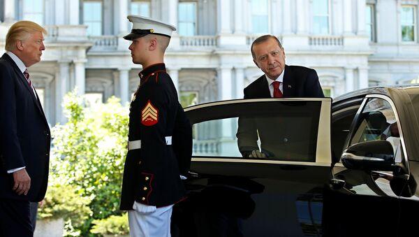 Президент США Дональд Трамп наблюдает, как президент Турции Реджеп Тайип Эрдоган отбывает у входа в Западное крыло Белого дома в Вашингтоне, США 16 мая 2017 года - Sputnik Azərbaycan