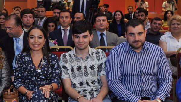 Вице-президент Фонда Гейдара Алиева Лейла Алиева среди участников перезентации - Sputnik Азербайджан