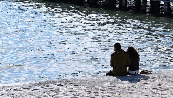 Молодая пара сидит на берегу моря в Баку, фото из архива - Sputnik Азербайджан