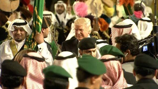 Трамп танцевал с мечом на церемонии в Эр-Рияде - Sputnik Азербайджан