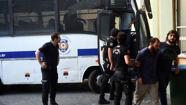 Сотрудники турецкого ОМОНа сопровождают подозреваемых членов ИГ, фото из архива - Sputnik Азербайджан
