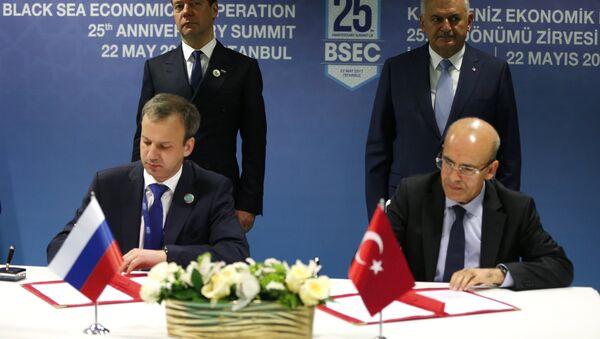 Церемония подписания совместных документов по итогам встречи на полях саммита глав государств и правительств стран-участниц ОЧЭС в Стамбуле - Sputnik Азербайджан