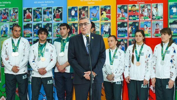 Вице-президент НОК Азербайджана Чингиз Гусейнзаде выступает на встрече с победителями и призерами IV Игр исламской солидарности - Sputnik Азербайджан