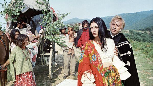Актриса Светлана Тома в роли Рады в эпизоде из фильма Эмиля Лотяну Табор уходит в небо. 1976 год - Sputnik Азербайджан