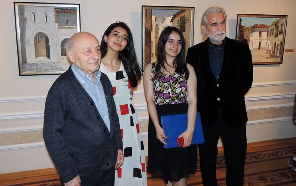 Посетительницы с академиком Омаром Эльдаровым (слева) и народным художником Агали Ибрагимовым - Sputnik Азербайджан