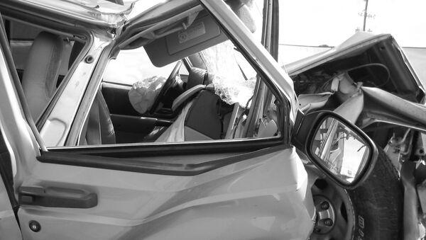 Разбитый автомобиль, фото из архива - Sputnik Азербайджан