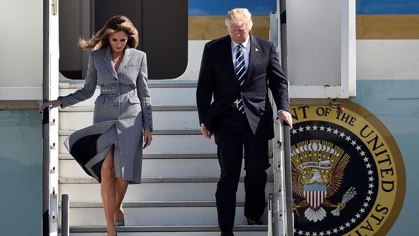 Президент США Дональд Трамп и первая леди Мелания Трамп в Брюссельском аэропорту - Sputnik Азербайджан