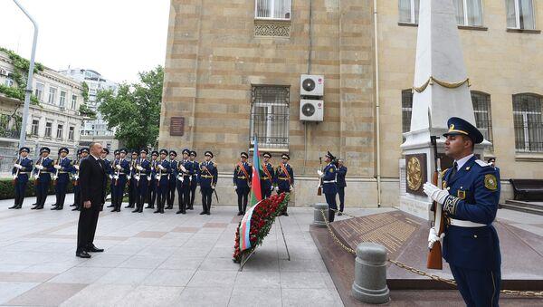 Президент Азербайджана Ильхам Алиев у памятника, воздвигнутого в честь Азербайджанской Демократической Республики - Sputnik Азербайджан