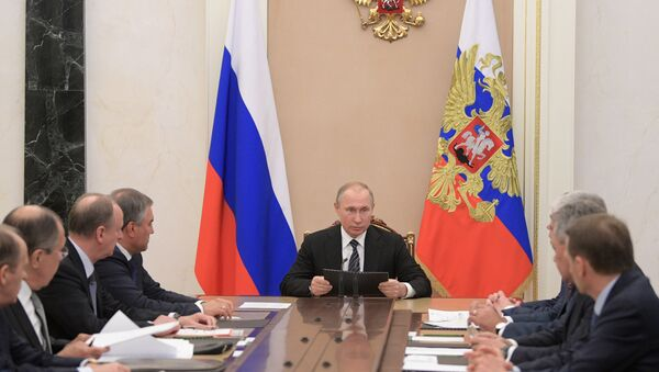 Президент РФ Владимир Путин проводит совещание с постоянными членами Совета безопасности РФ - Sputnik Азербайджан