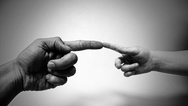 Мужская и детская руки, фото из архива - Sputnik Азербайджан