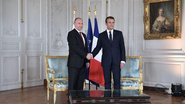 Президент РФ Владимир Путин и президент Франции Эммануэль Макрон во время встречи в Версальском дворце, 29 мая 2017 года - Sputnik Азербайджан