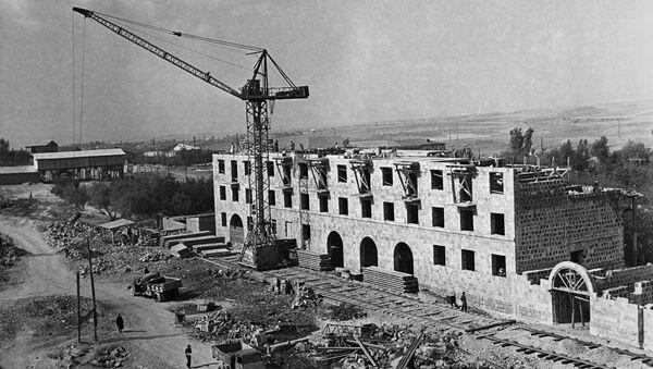 Строительство жилого здания в Ереване, 1957 год - Sputnik Азербайджан