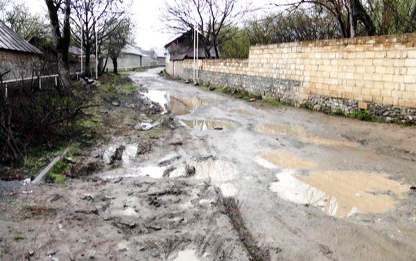 Убитая дорога в поселке - Sputnik Азербайджан