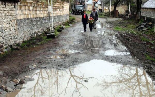 Ученики расположенной неподалеку средней школы каждый день возвращаются домой грязными и мокрыми - Sputnik Азербайджан