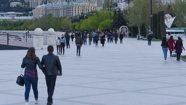 Жители столицы на Приморском бульваре в Баку - Sputnik Азербайджан