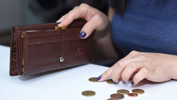 Женщина пересчитывает монеты, фото из архива - Sputnik Azərbaycan