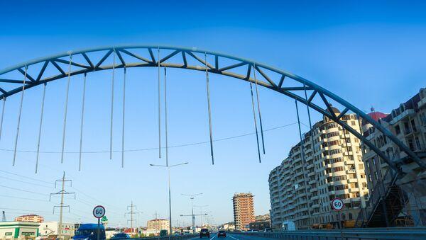 Строящийся новый надземный переход на трассе Баку-Сумгайыт, фото из архива - Sputnik Азербайджан