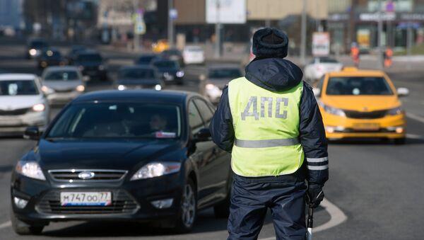 Сотрудник ДПС на одной из улиц Москвы, фото из архива - Sputnik Азербайджан